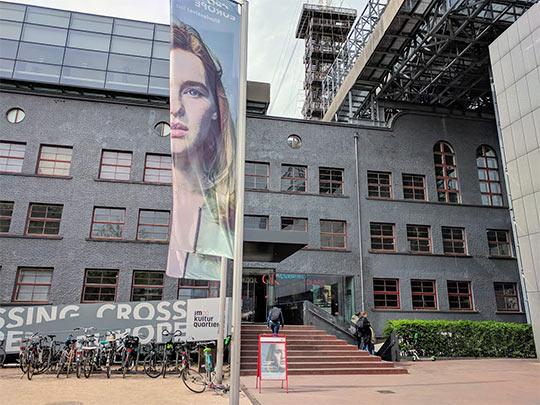 Eingang zum Moviemento eines der zwei großen Festivalkinos. Es wehen Fahnen mit den Motiv des Crossing Europe Festivals 2019