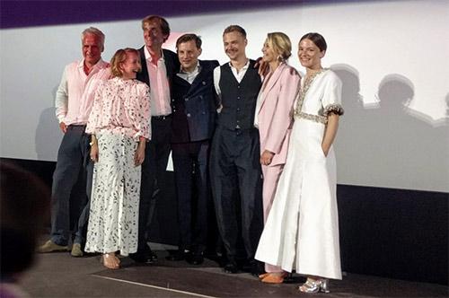 team mitglieder der fernsehserie die neue zeit auf der kino bühne bei der premiere