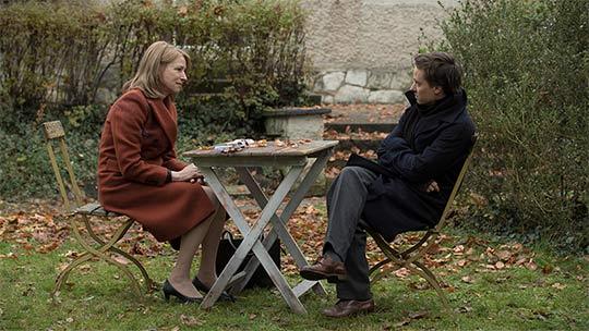 Filmstill aus LARA. Zu sehen sind die beiden Hauptdarsteller Tom Schilling und Corinna Harfouch