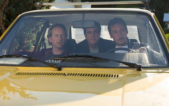 Filmstill auf der Sommer nach dem Abitur - Die drei Hauptdarsteller sitzen im Auto und blicken durch die Frontscheibe