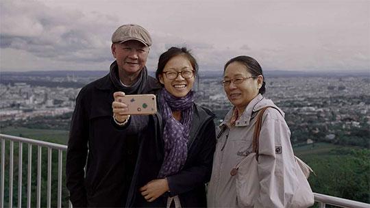 Filmstill: Weiyena Zhao mit ihren Eltern
